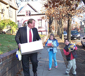 Governor Culver and his son and daughter deliver a Thanksgiving meal to a Des Moines shelter.