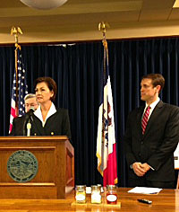 Lt. Gov. Kim Reynolds & Gov. Branstad, with ISA's Grant Kimberly (right).