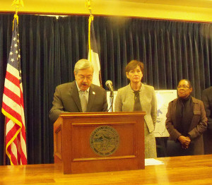 Governor Terry Branstad talks about the grant as Lt. Governor Reynolds and HUD Regional Administrator Jennifer Tidwell.