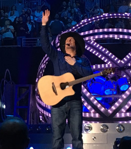 Garth on stage in Des Moines.