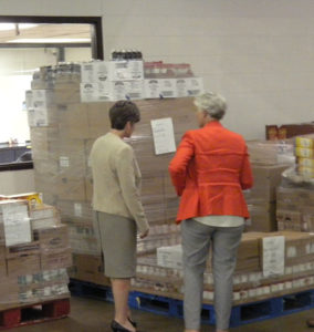 Senator Ernst tours the Central Iowa Food Bank.