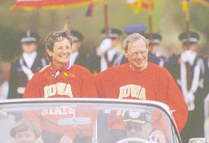ISU photo of Tom and Jean Sutherland at the VEISHEA parade in 1992.
