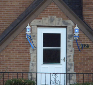 Blue lights and ribbons on an Urbandale home showing support for police.